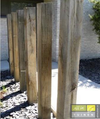 Strakke kastanje houten palen.