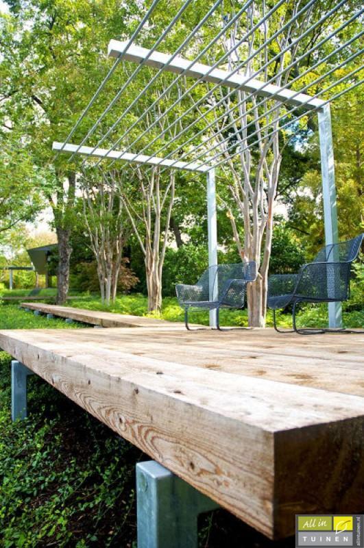 eiken balken als loopbrug door tuin